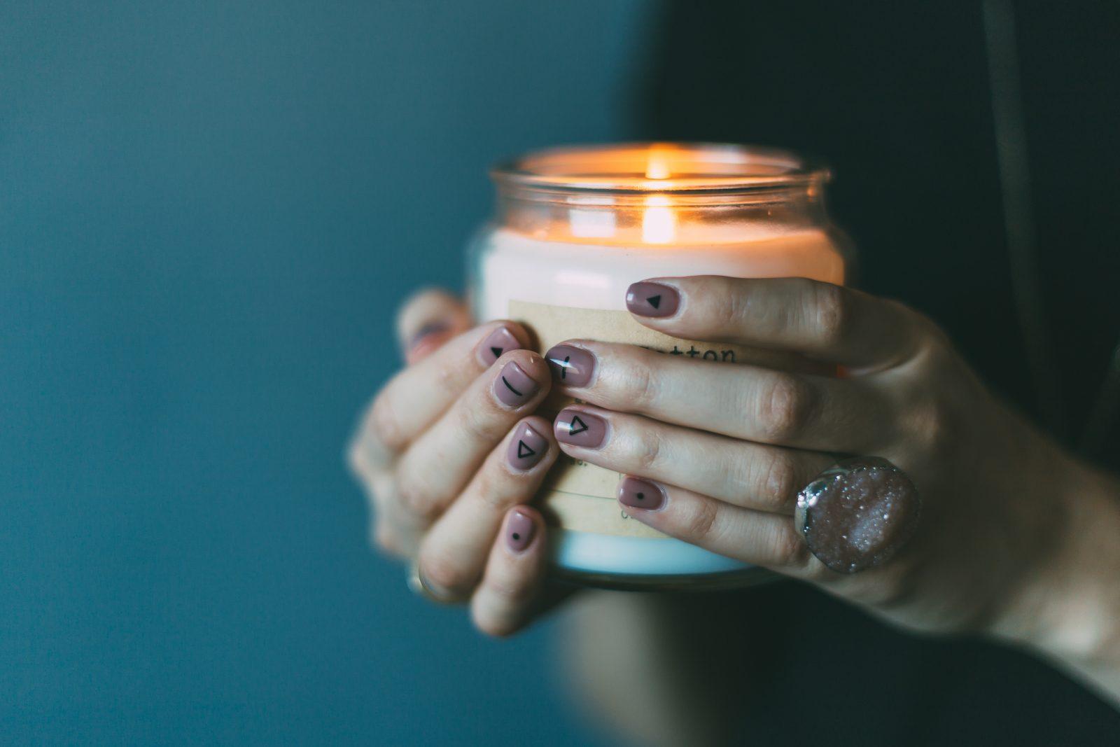 A la recherche d'un cadeau ? offrez cette bougie, composée d'un bijou à l'intérieur!